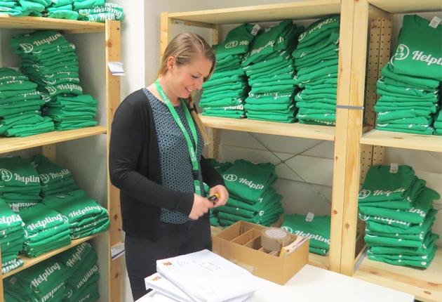 Roxanna Pelka im Lagerraum